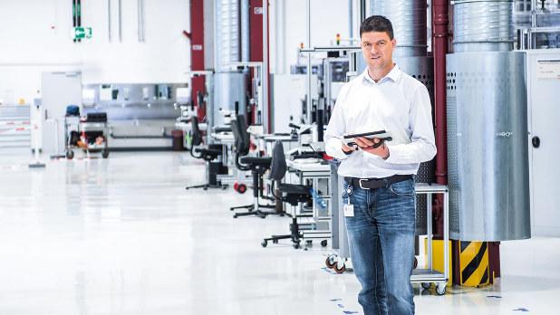 ボッシュのブライヒャッハ工場ではタブレット端末やスマートフォンで製造ラインをモニター(同社HPより)