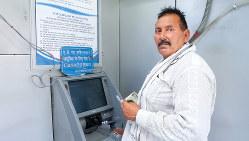 労働者の振り込みや小売店の売上金の入金などで利用が増えている(NNA撮影)