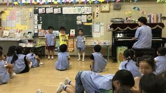 保育開始時に「きょうの当番」があいさつ(写真は、幼稚園の許可を得て撮影し、一部を加工しています)=2019年6月7日、田中学撮影