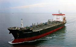ホルムズ海峡付近で攻撃を受けた国華産業のタンカー=同社提供