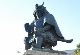 JR甲府駅前にある武田信玄の像=甲府市で2018年3月6日、田中理知撮影