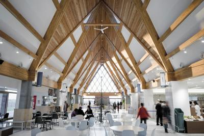 北欧風のおしゃれな雰囲気あふれる道の駅の建物内部=「北欧の風 道の駅とうべつ」提供