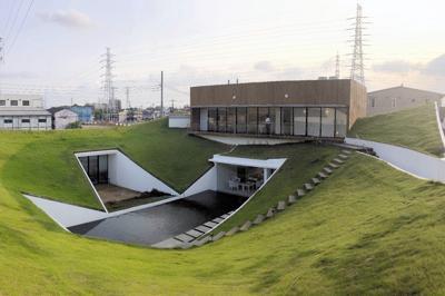すり鉢状の屋根を覆う芝生と長方形の水盤。展示を見た後は、2階テラスから独特の光景を一望できる=東京都足立区六町2の六町ミュージアム・フローラで