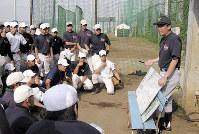 慶応の監督時代、ホワイトボードを使って練習メニューを説明する上田誠さん(右)=2006年7月