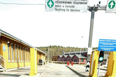 ロシア側から見たノルウェーとの国境検問所。平日の早朝は車も人影もまばらだった=2019年6月4日、大前仁撮影