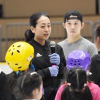 子どもたちにアドバイスをする浅田真央さん(左)と無良崇人さん(右)=大津市の滋賀県立アイスアリーナで2019年7月12日午後5時32分、諸隈美紗稀撮影