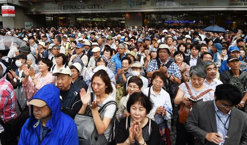候補者らの第一声に耳を傾ける人々=東京都新宿区で2019年7月4日午前10時6分、滝川大貴撮影