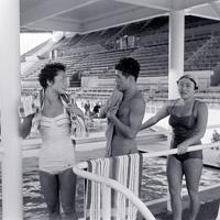 メルボルン入りし、練習に励む水泳・飛び込みの津谷鹿乃子選手(左)ら=オーストラリア・メルボルンのオリンピックプールで1956年(昭和31年)11月8日、石井清特派員撮影