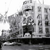 クリスマスシーズンを迎えたメルボルン中心街のデパート「フォイ・アンド・ギブソン」の外壁には五輪マークや参加国の国旗と並んでサンタクロースが登場した=オーストラリア・メルボルンで1956年(昭和31年)12月、石井清特派員撮影