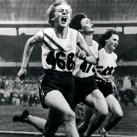 陸上女子100㍍決勝で1位でゴール、金メダルを獲得した地元オーストラリアのベティ・カスバート選手(左端)。200メー㍍、400㍍リレーでも優勝した=オーストラリア・メルボルンで1956年(昭和31年)11月、UP特約