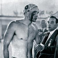 水球決勝リーグの対ソ連戦で負傷したハンガリーのザドール選手。ソ連軍がハンガリーに軍事介入した「ハンガリー動乱」の直後とあって、試合中に両国選手が殴りあう事態となり、試合時間を残して審判が終了を宣言。ハンガリーは翌日のユーゴスラビア戦にも勝って金メダルを獲得した=オーストラリア・メルボルンのオリンピックプールで1956年(昭和31年)12月6日、UP特約