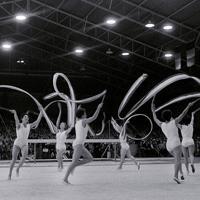 体操女子団体徒手競技に出場したハンガリーチーム=オーストラリア・メルボルンの西メルボルンスタジアムで1956年(昭和31年)12月、石井清特派員撮影