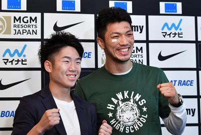 WBAミドル級王座復帰から一夜明けて、笑顔を見せる村田諒太(右)と、WBCライトフライ級で6度目の防衛に成功した拳四朗=大阪市中央区で2019年7月13日、望月亮一撮影