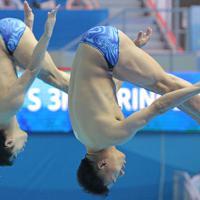 男子シンクロ板飛び込み予選、坂井丞、寺内健(右)組の1回目の演技=韓国・光州で2019年7月13日、宮武祐希撮影