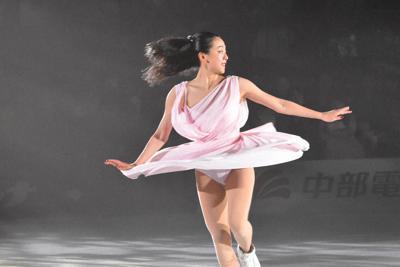 氷上を華麗に舞う浅田真央さん=大津市の滋賀県立アイスアリーナで2019年7月13日午後5時48分、諸隈美紗稀撮影