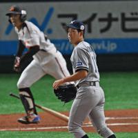 【さいたま市(日本通運)-名古屋市(JR東海)】一回裏名古屋市2死三塁、池田(奥)に右前適時打を打たれ打球の行方を見つめるさいたま市先発の高山=東京ドームで2019年7月13日、矢頭智剛撮影