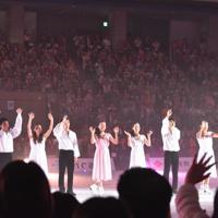 ショーを終え、観客に手を振る浅田真央さん(左から5人目)ら=大津市の滋賀県立アイスアリーナで2019年7月13日午後5時52分、諸隈美紗稀撮影