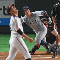 【さいたま市(日本通運)-名古屋市(JR東海)】八回表さいたま市2死、諸見里(中央)が大会第1号のソロ本塁打を左越えに放つ。投手・戸田=東京ドームで2019年7月13日、矢頭智剛撮影