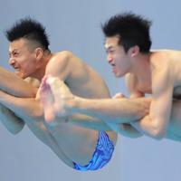 男子シンクロ板飛び込み予選、坂井丞、寺内健(左)組の4回目の演技=韓国・光州で2019年7月13日、宮武祐希撮影