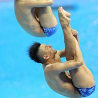 男子シンクロ板飛び込み予選、坂井丞、寺内健(手前)組の6回目の演技=韓国・光州で2019年7月13日、宮武祐希撮影