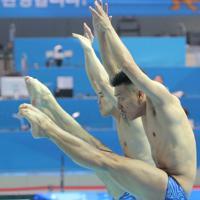 男子シンクロ板飛び込み予選、坂井丞、寺内健(右)組の2回目の演技=韓国・光州で2019年7月13日、宮武祐希撮影