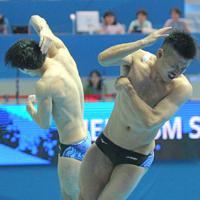 男子シンクロ板飛び込み予選、坂井丞、寺内健(右)組の5回目の演技=韓国・光州で2019年7月13日、宮武祐希撮影