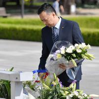 原爆慰霊碑に献花するサイード・ハスリン氏=広島市中区の平和記念公園で、木葉健二撮影