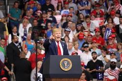 支持者らを前に正式に再選出馬表明したドナルド・トランプ米大統領=米南部フロリダ州オーランドで2019年6月18日、高本耕太撮影