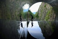 Kiyotsukyo gorge is seen reflected on the surface of a pool of water at a sightseeing spot at the end of Kiyotsukyo Gorge Tunnel in the city of Tokamachi, Niigata Prefecture, on June 14, 2019. (Mainichi/Kaho Kitayama)