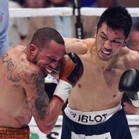 二回、ロブ・ブラント(左)にパンチを浴びせる村田諒太=エディオンアリーナ大阪で2019年7月12日、猪飼健史撮影