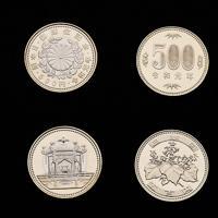 天皇陛下即位記念の(左から)1万円金貨、500円硬貨、令和元年の500円硬貨と100円硬貨(上側が表)=大阪市北区の造幣局で2019年7月11日、大西達也撮影