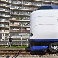 報道陣に公開された特急「はるか」の新型車両271系=東大阪市で2019年7月10日午前9時22分、山崎一輝撮影