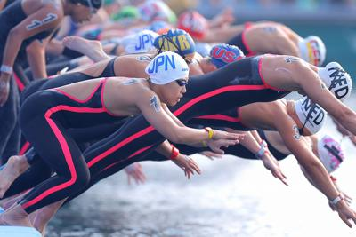 女子10キロのレースでスタートする新倉みなみ=韓国・麗水で2019年7月14日、宮武祐希撮影
