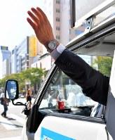 2年前の衆院選で選挙カーから手を振る候補者=福岡市博多区で2017年10月10日午前11時22分、森園道子撮影