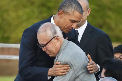 被爆米兵の調査をする森重昭さん(手前)を抱きしめるオバマ米大統領(当時)=広島市中区の平和記念公園で2016年5月27日、久保玲撮影
