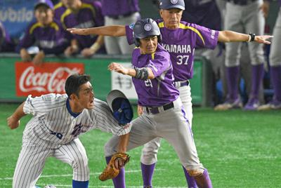 【浜松市(ヤマハ)-仙台市(七十七銀行)】七回表浜松市無死二塁、代打・長谷川のバントで代走・池田(手前中央)が三塁を狙うがタッチアウト。微妙なタイミングにベースコーチもベンチの選手らもセーフをアピールするがかなわず=東京ドームで2019年7月14日、丸山博撮影