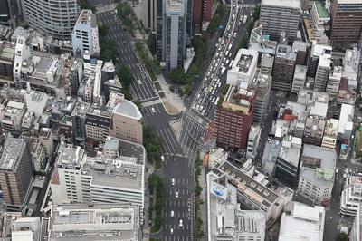 大阪市北区西天満の見事な「Y」。御堂筋の梅新南交差点は大阪を代表するY字路だ=本社ヘリから小出洋平撮影