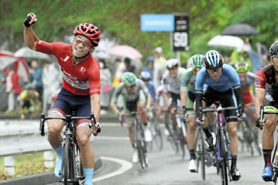 優勝した岡篤志(左)=全日本実業団自転車競技連盟提供