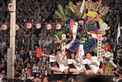 櫛田神社の清道を駆ける一番山笠・千代流=福岡市博多区で2019年7月15日午前4時59分、津村豊和撮影