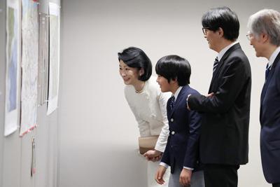 「第29回国際地図学会議」に出席され、展示物を見る秋篠宮ご夫妻と悠仁さま=東京都江東区で2019年7月15日午後6時52分(代表撮影)
