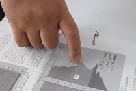 「この層が氷河期世代です」。1975年生まれの小島鐵也さんは、人口ピラミッドのグラフを指さした=愛知県豊橋市で2019年6月28日午後0時54分、奥山はるな撮影