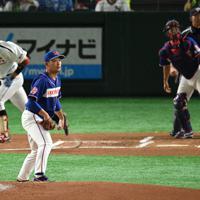 【岡崎市(三菱自動車岡崎)-狭山市(ホンダ)】一回表岡崎市2死三塁、田口(左)に左越え2点本塁打を打たれ、打球を見つめる狭山市先発の東野=東京ドームで2019年7月15日、丸山博撮影