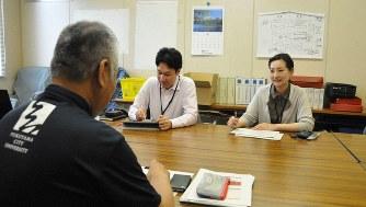兼業で福山市の戦略推進マネジャーを務める東京都内の映像会社に勤務する野口進一さん(写真中央)とロート製薬の安西紗耶さん(同右)=福山市提供