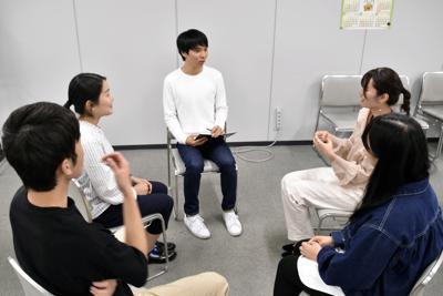 若者の政治意識について語り合う学生たち=東京都千代田区の毎日新聞東京本社で