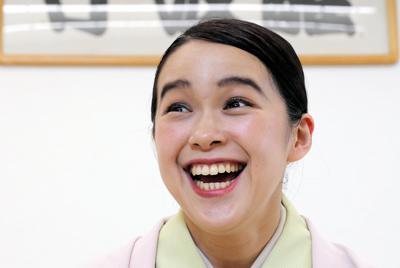 ポーズを取る落語家の林家つる子さん=東京都台東区で2019年7月8日、宮武祐希撮影