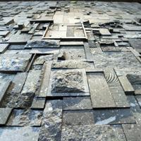 リニューアル時に住民らが並べた札幌軟石のオブジェ。石の町を空から見ているかのような錯覚も受ける