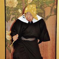 おばあさんのお参りを滑稽に演じる桜川米七師匠=東京都台東区浅草2の助六の宿 貞千代で