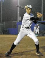 仲間にノックを打つ国学院栃木の古川雄一朗選手=栃木市大平町の国学院栃木野球場で