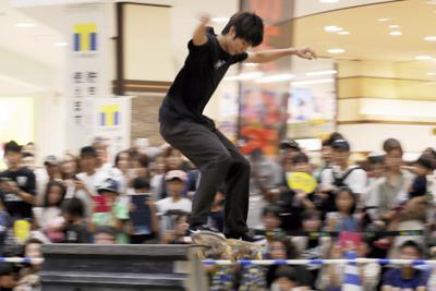 ムラサキスポーツによるスケートボードのパフォーマンスショーで会場を沸かせる堀米=玉城達郎撮影