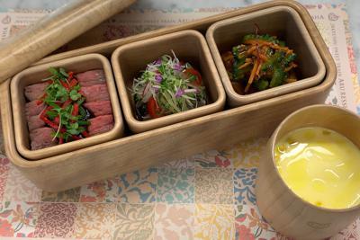九州産の牛肉を使ったステーキ丼(左)などを盛り込んだ特製弁当